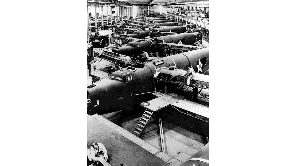 """""""США выйдут из нынешней борьбы с величайшими в мире торговым и воздушным флотами и с почти безграничными техническими возможностями их дальнейшего увеличения"""" (на фото — американский авиационный завод, 1940-е годы)"""