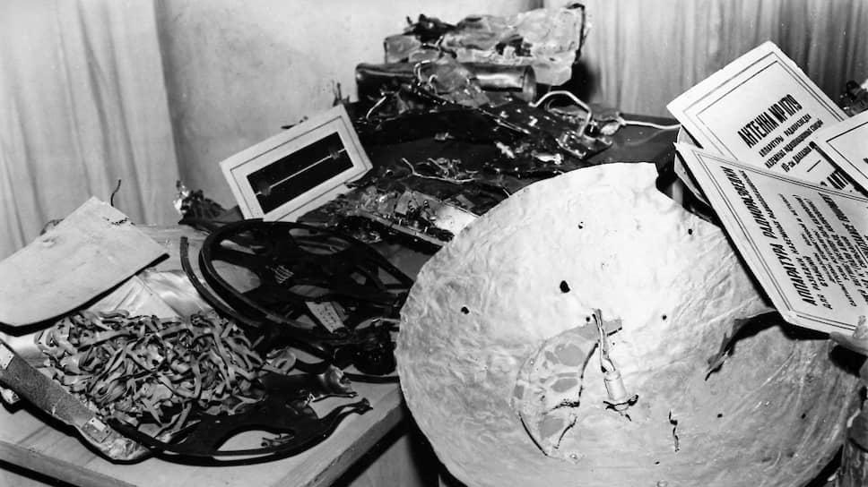 «Это самый настоящий военный разведчик, оборудованный различными приборами для сбора шпионских сведений» (на фото — детали самолета У-2 на выставке его обломков в Центральном парке культуры и отдыха имени Горького. Москва, май 1960 год
