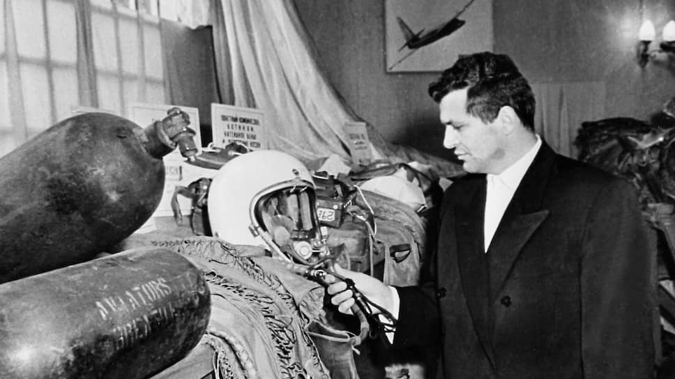 «Зовут этого летчика Фрэнсис Гарри Пауэрс. Ему 30 лет» (на фото — Пауэрс на выставке обломков своего самолета в Центральном парке культуры и отдыха имени Горького. Москва, май 1960 года)