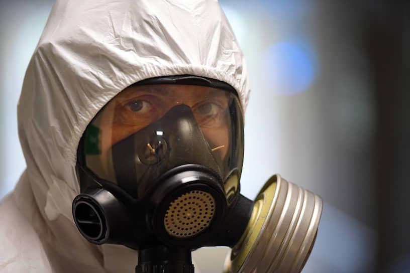 Защитные костюмы полностью герметичны, поэтому работать в них очень жарко