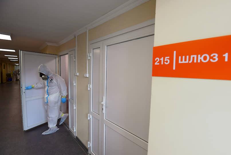 Путь в «грязную» зону начинается с условно чистой зоны, она называется шлюз. Двери шлюза всегда должны быть плотно закрыты
