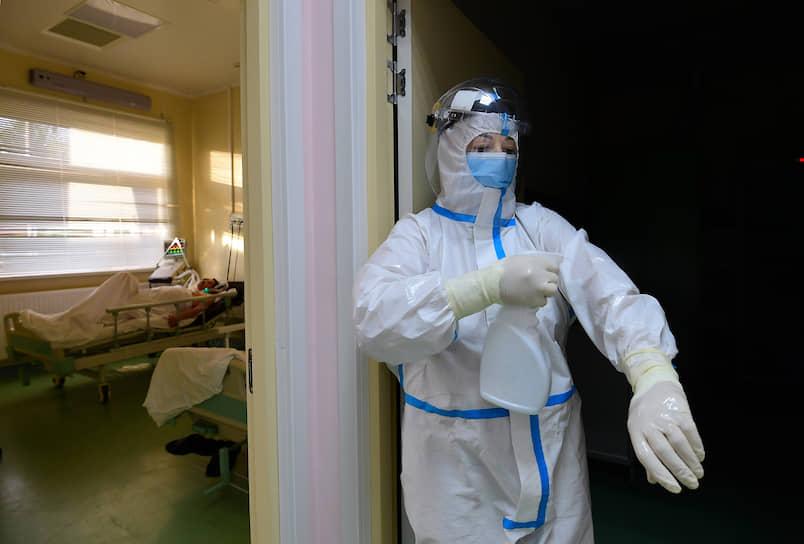 Перед входом в палату медицинские работники дополнительно обрабатывают себя дезинфицирующим раствором