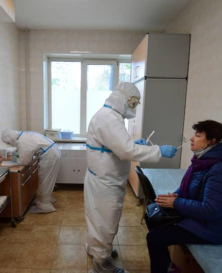 Тесты на коронавирус далеко не всегда дают точный результат. В связи с большой вероятностью ложных результатов диагноз «коронавирусная инфекция» часто ставят только на основании компьютерной томографии (КТ)