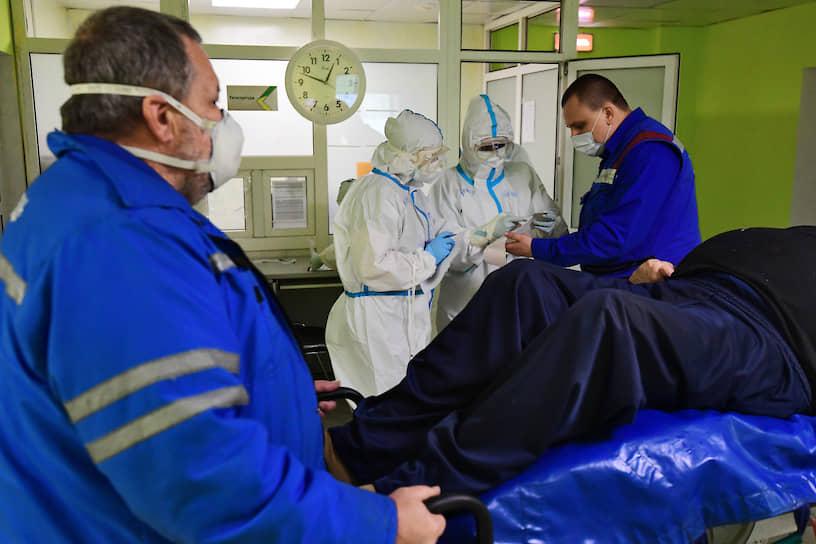 Пациенты с еще не подтвержденным диагнозом на коронавирус отправляются в обсервационную зону в изолированные палаты и там ждут результатов анализов