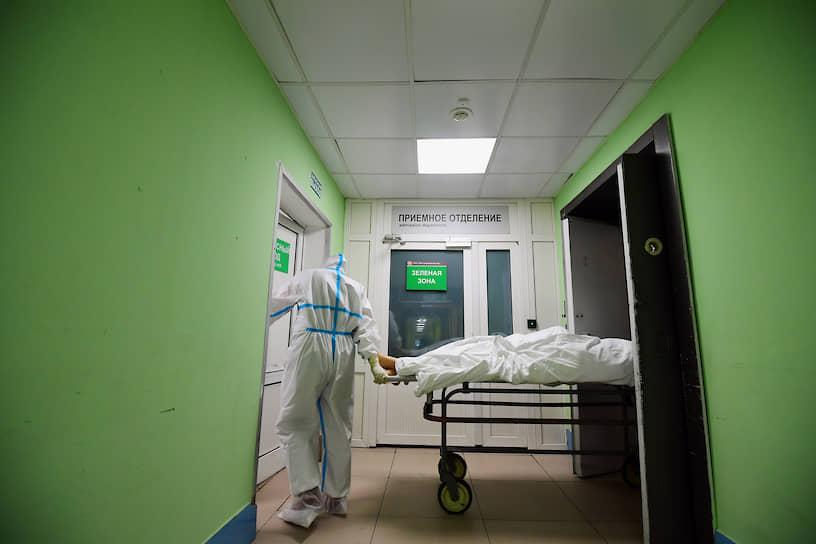 После смены врача еще ждет бумажная работа. В «грязной» зоне нельзя пользоваться бумагой, только электронными носителями
