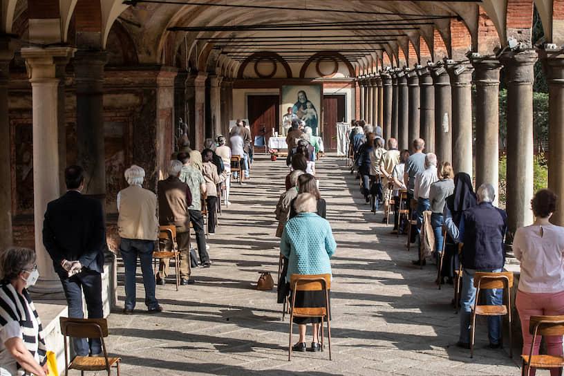Милан, Италия. Прихожане собрались на мессу в церкви