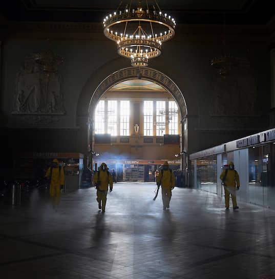 Москва, Россия. Дезинфекция Киевского вокзала