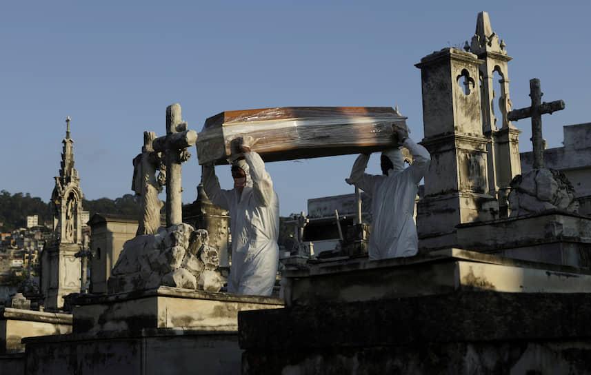 Рио-де-Жанейро, Бразилия. Похороны погибшей от коронавируса