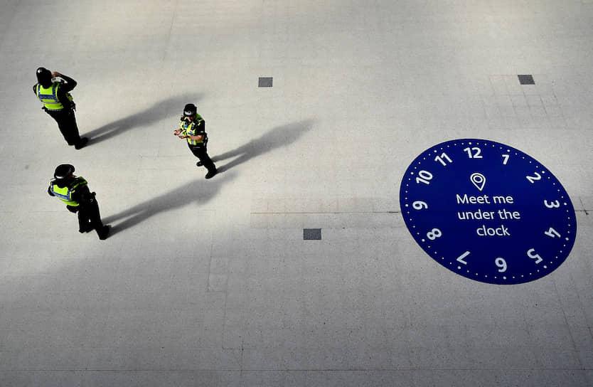 Лондон, Великобритания. Полицейские дежурят на станции метро Waterloo в утренний час пик