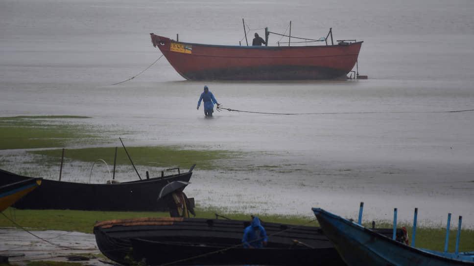 Одиша, Индия. Рыбаки привязывают лодки, готовясь к приближению суперциклона «Амфан»