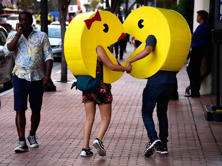 За первый год в мире было продано более 100 тыс. аркадных автоматов Pac-Man<br> На фото: пара в костюмах главного героя игры и его подружки перед фестивалем Comic-Con International