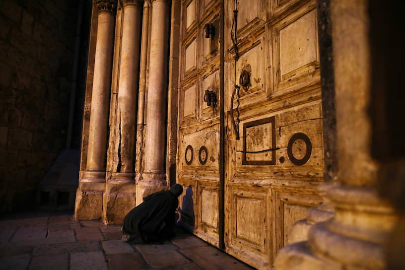 Иерусалим, Израиль. Молитва у дверей закрытой из-за коронавируса церкви