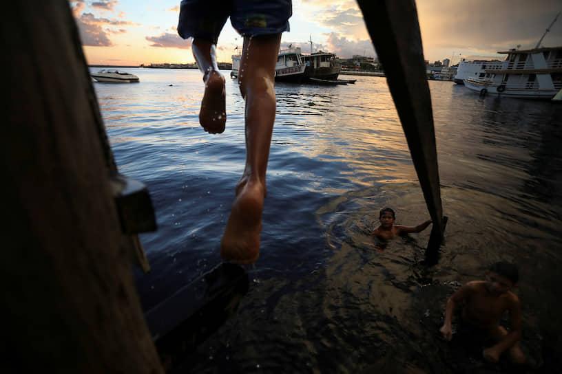 Манаус, Бразилия. Дети из трущоб купаются в заливе