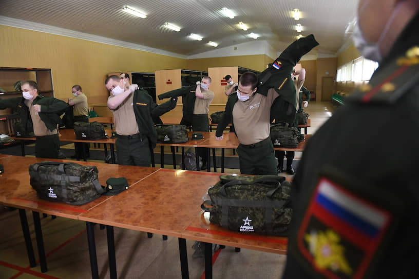 В военные комиссариаты страны заранее доставили 2 млн медицинских масок, 1,5 млн бесконтактных термометров, 12 тонн дезинфицирующих средств