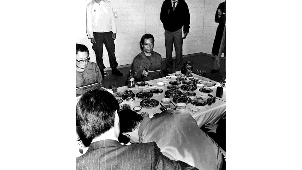 Следственный эксперимент. Бывший глава спецслужбы Ким Дже Гю показывает как он убил президента-диктатора