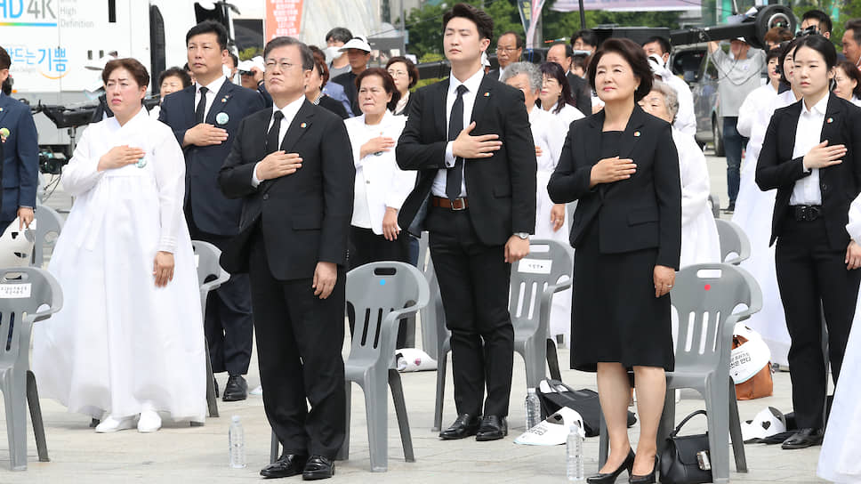 Президент Республики Корея Мун Чжэ Ин с супругой на траурной церемонии, посвященной 40-летию народного восстания в Кванджу