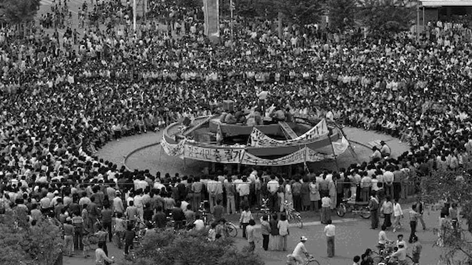 Демонстрация против военного положения на центральной площади Кванджу