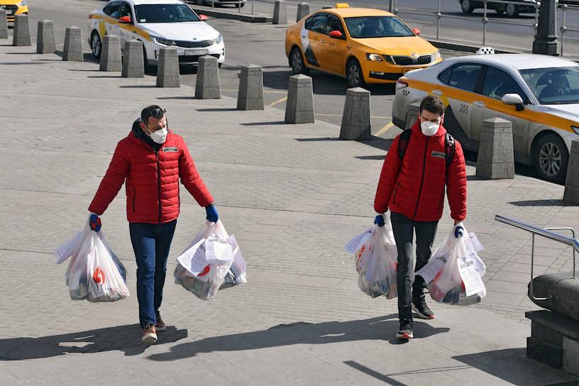 Благотворительный фонд «Ночлежка» запустил акцию «Ты не один» в помощь бездомным. На улицах Москвы и Санкт-Петербурга (на остановках, заборах, скамейках) волонтеры оставляют пакеты с продуктами и средствами гигиены для бездомных людей