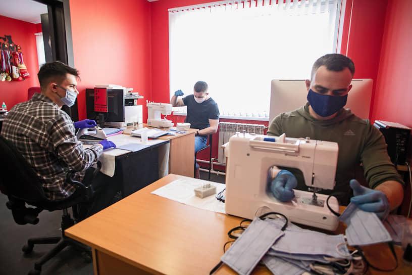 В Санкт-Петербурге волонтеры также занимаются пошивом медицинских масок для жителей города