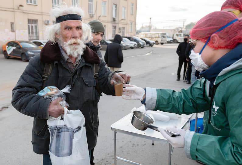В Москве в районе Ярославского вокзала волонтеры и медики благотворительного фонда «Доктор Лиза» раздают еду, предметы личной гигиены и лекарства неимущим и бездомным