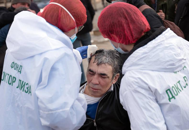 При необходимости бездомным и неимущим волонтеры оказывают медицинскую помощь