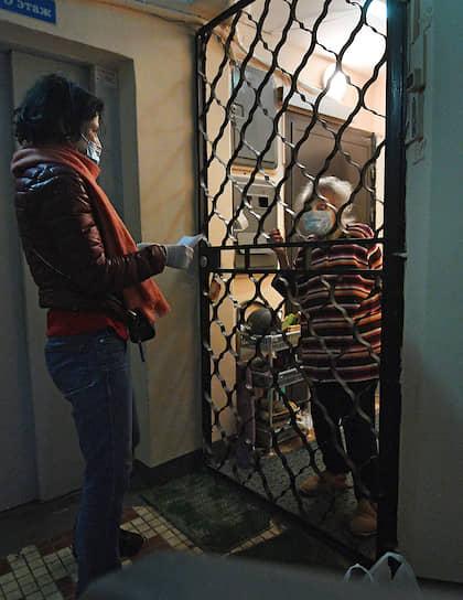 По словам волонтеров, чаще всего пенсионеры просят купить продукты первой необходимости: картофель, морковь, лук, муку, постоянно в заказах присутствуют молочная продукция и корма для животных