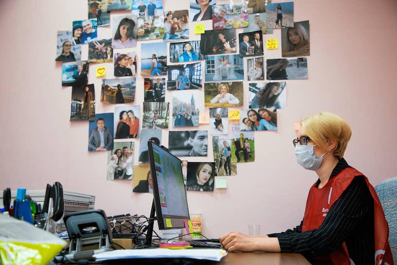 Некоторые волонтеры работают в штабах. Они обрабатывают поступающие заявки, осуществляют взаимодействие между пенсионерами и добровольцами, обрабатывают отчеты о выполненных заявках