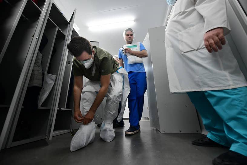 Некоторые добровольцы имеют медицинское образование, они помогают медицинскому персоналу в уходе за больными. Другие занимаются психологической помощью и поддержкой пожилых людей, организацией их досуга