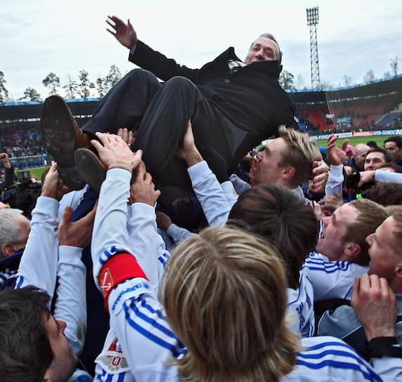 Летом 2006 года главным тренером стал известный голландский специалист Дик Адвокат (на фото). Под его руководством в следующем сезоне сине-бело-голубые стали чемпионами России, выдав фантастический финиш — 10 побед в 11 турах