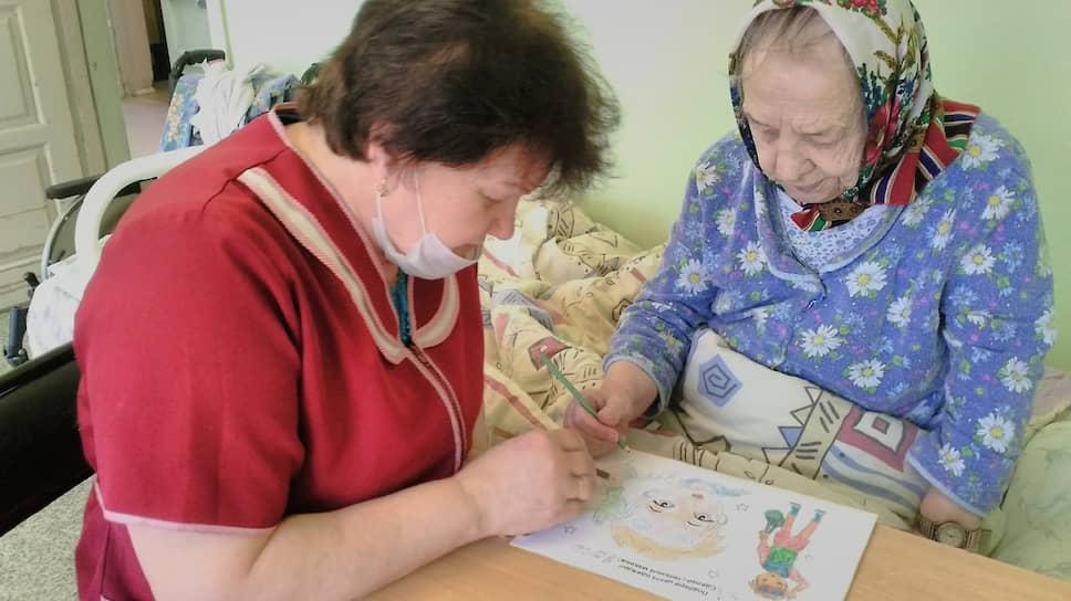 Во время занятий для пожилых в доме для престарелых