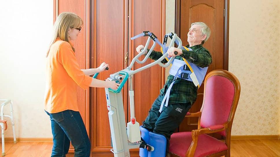В Европе физиотерапевты приходят на дом к пожилым людям и инвалидам, чтобы оказывать им реабилитационные услуги