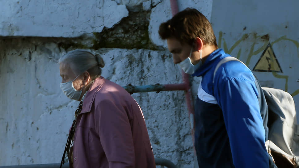 Во время пандемии к самоизоляции пожилых добавилось сокращение надомных соцуслуг