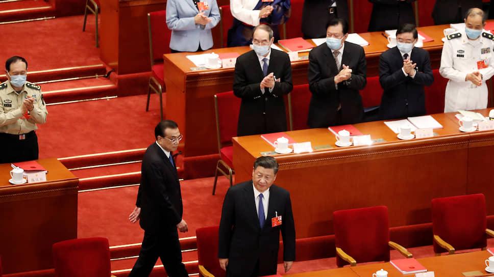Председатель КНР Си Цзиньпин (в центре) и премьер Госсовета КНР Ли Кэцян