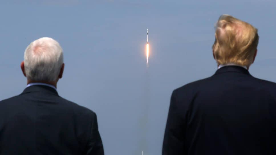 Президент США Дональд Трамп (справа) и вице-президент США Майкл Пенс