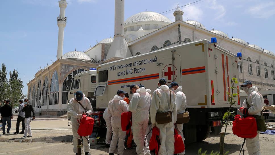 Сотрудники МЧС России проводят дезинфекцию Джума-мечети в Махачкале