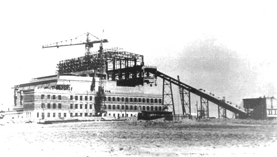 Первые строители прибыли на станцию Тюра-Там в январе 1955 года. Из-за сжатых сроков (начало эксплуатации полигона планировалось на конец 1956 года), строительство всех объектов было начато одновременно: 5 мая было заложено первое здание жилого городка испытателей, а 20 июля началось сооружение первого стартового комплекса на площадке №1