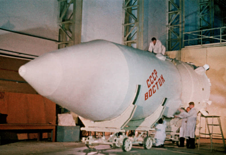 15мая 1957 года был сдан вэксплуатацию первый стартовый комплекс наплощадке №1,вэтотже день состоялся первый пуск ракеты Р-7, набазе которой позже была создана ракета-носитель«Союз». Первая серия испытаний показала наличие серьезных недостатков в конструкции Р-7. Только спустя два месяцаракета полностью выполнила намеченный план полета
