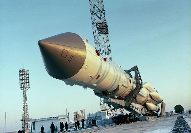 16 июня 1963 года с Байконура был запущен корабль «Восток-6», на котором первый полет совершила Валентина Терешкова. 18 марта 1965 года на корабле «Восход-2» летчик-космонавт Алексей Леонов первым в мире совершил выход в открытый космос