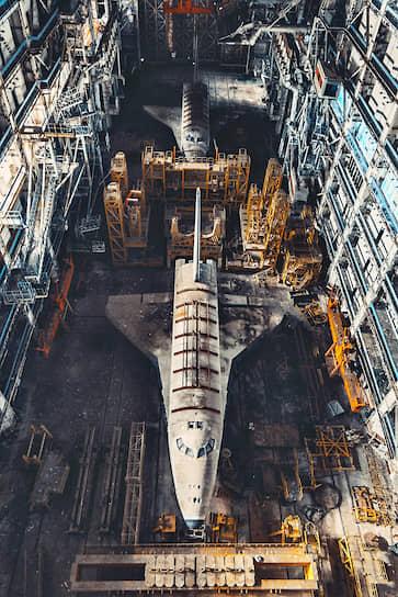 В результате обрушения погибли восемь строителей, а также был разрушен единственный летавший в космос космический корабль «Буран» (на фото)