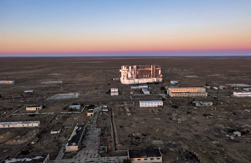 Космодром также располагает четырьмя заправочными станциями, измерительным комплексом с вычислительным центром, кислородно-азотным заводом и двумя аэродромами («Крайний» и«Юбилейный»). Общая площадь космодрома—6717 кв. км