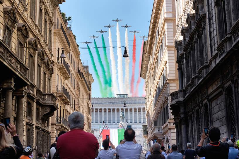 Рим, Италия. Выступление пилотажной группы ВВС в честь 74-летней годовщины провозглашения Итальянской Республики