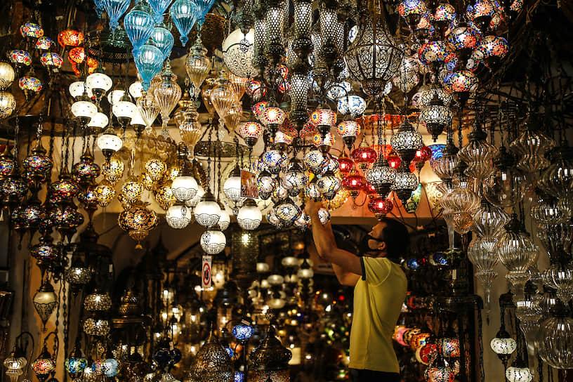 Стамбул, Турция. Продавец светильников на базаре
