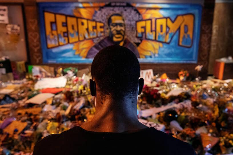 Миннеаполис, США. Импровизированный мемориал Джорджу Флойду, чья гибель после задержания полицией вызвала массовые беспорядки в стране