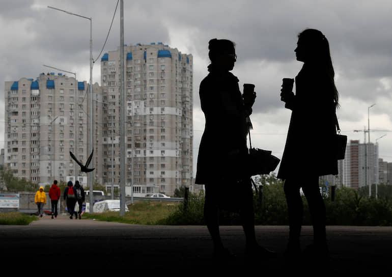 Киев, Украина. Женщины пьют кофе под мостом
