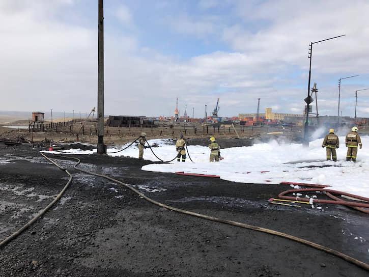 Проезжавший мимо автомобиль загорелся, что вызвало пожар площадью 350 кв. м, который удалось локализовать к 15 часам местного времени