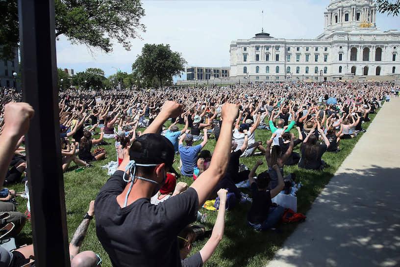 Толпа протестующих около Капитолия штата Миннесота в городе Сент-Пол