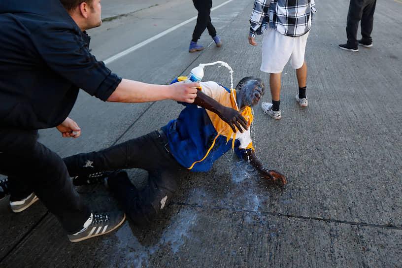 Полицейские использовали против активистов слезоточивый газ и светошумовые гранаты. Протестующие бросали в них камни, стеклянные бутылки и петарды