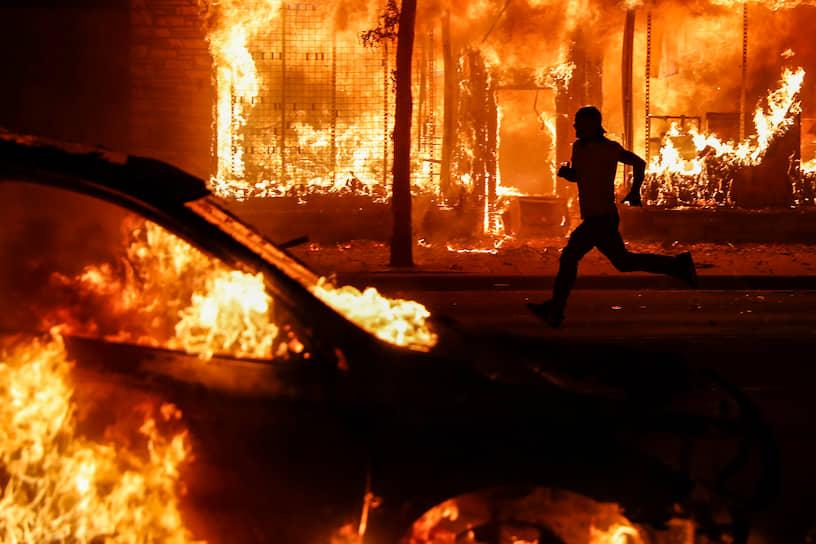 27 мая акции протеста перекинулись в другие города США, в том числе Лос-Анджелес и Нью-Йорк. В городе Сент-Пол, расположенном неподалеку от Миннеаполиса, манифестанты также устроили погромы и поджоги