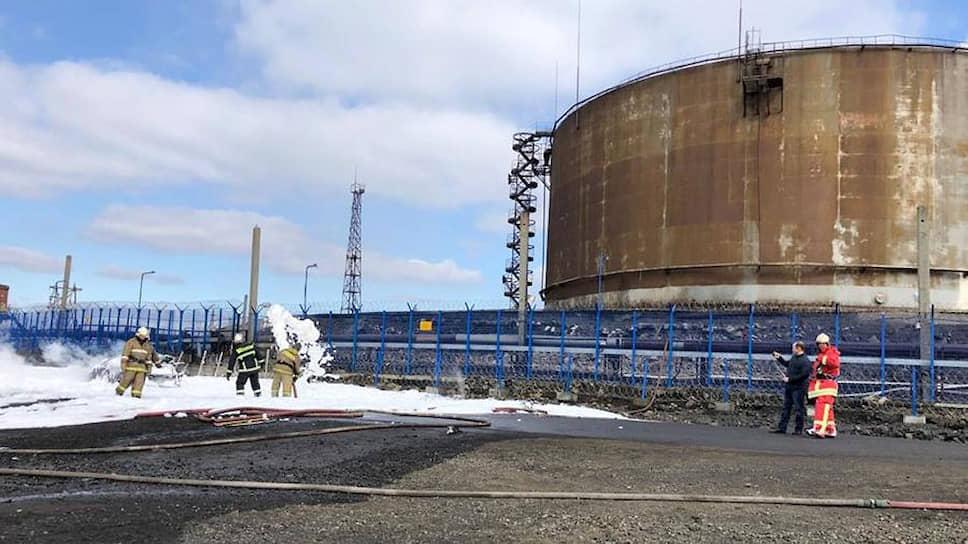 Один из резервуаров с дизельным топливом разгерметизировался, и топливо стало быстро выливаться на подъездную дорогу и окрестности