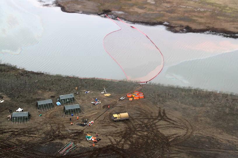 Нефтепродукты попали в реку Амбарная и ее приток Далдыкан, которые впадают в крупное озеро Пясино. Из этого озера вытекает река Пясино, впадающая в Карское море